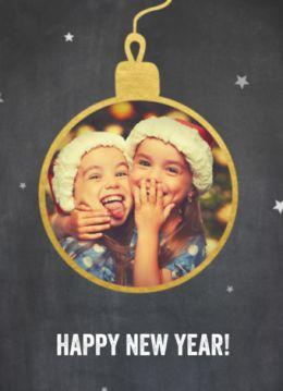 Kerstkaart met krijtbord achtergrond en eigen foto in een kerstbal met gouden randje.