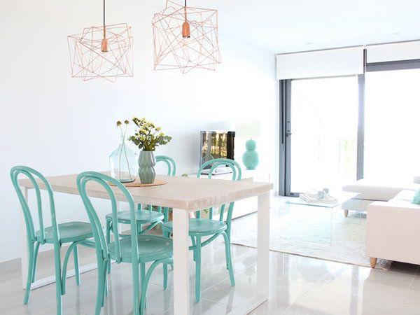 Salón y comedor, todo en blanco y neutros con notas de color