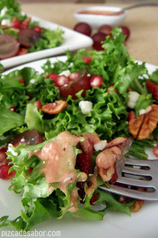 Ensalada de fresas, granada, uvas y nuez con aderezo de fresa | http://www.pizcadesabor.com/2013/02/22/ensalada-de-fresas-granada-uvas-y-nuez-con-aderezo-de-fresa/