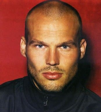Love a man with a shaved head ♥
