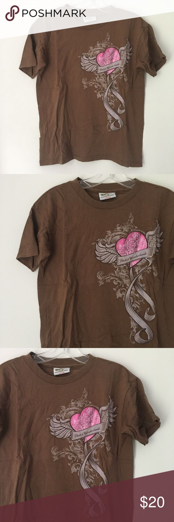 """DUTCH WONDERLAND HEART ANGEL WINGS TEE SHIRT TOP!! Dutch Wonderland Amusement Park Goth Gothic Punk Rock Grunge Tattoo Style Heart Love Angel Wings Ribbon Ribbons Vines Fancy Chocolate Brown/White/Metallic Shiny Shimmer Hot Bubblegum Pink Graphic RARE Unique Vtg Vintage Early 00's 2000's Y2K Cute Cool Awesome Aesthetic 