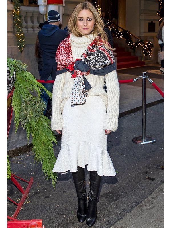 冬にこそ着たくなるオールホワイトの着こなし。オリヴィアはストール使いで、レトロモードなコーディネートを完成。