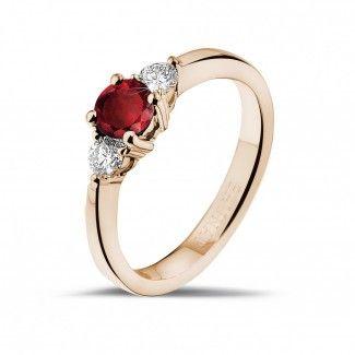 - Trilogie ring in rood goud met centrale robijn en 2 ronde diamanten