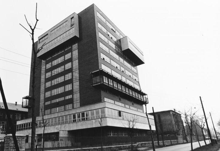Haller (Hámán Kató) utca 29. Országos Kardiológiai Intézet a Fehér Holló utca felől nézve.  1977