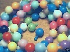 Hier maakten we kettingen en armbanden van. Iedere keer weer opnieuw. Overigens kan ik mij herinneren dat we ze ook stuk kauwden.