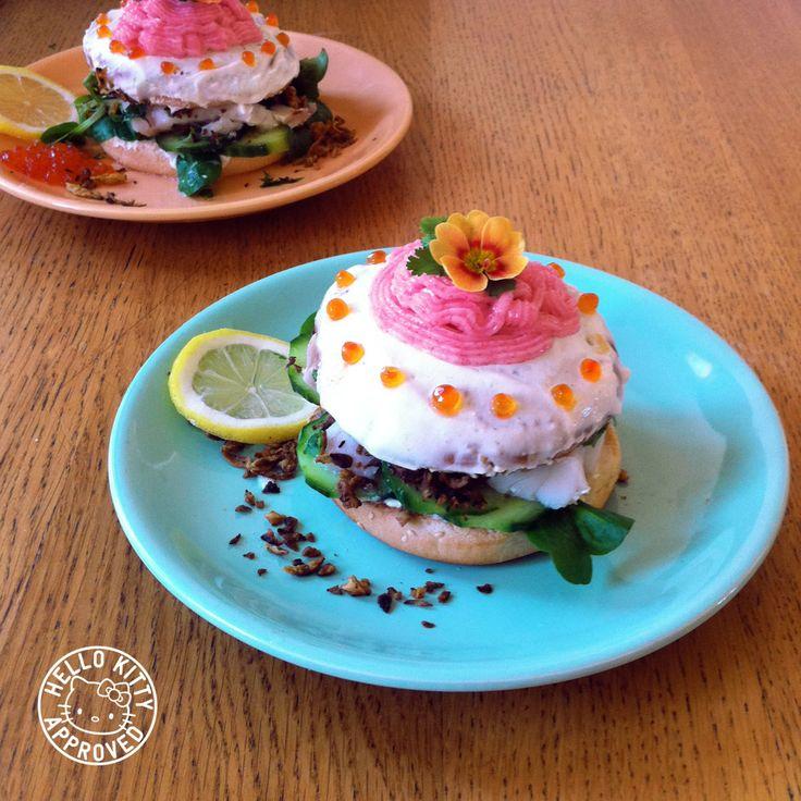 Fabulous Flower Cake Burger. Colin d'Alaska. Glaçage au cream cheese. Décorations au tarama, aux œufs de saumon et aux fleurs alimentaires. Oignons frits croustillants. Mache. Concombre. Citron. Coriandre.   Un burger pour les petites filles obèses.
