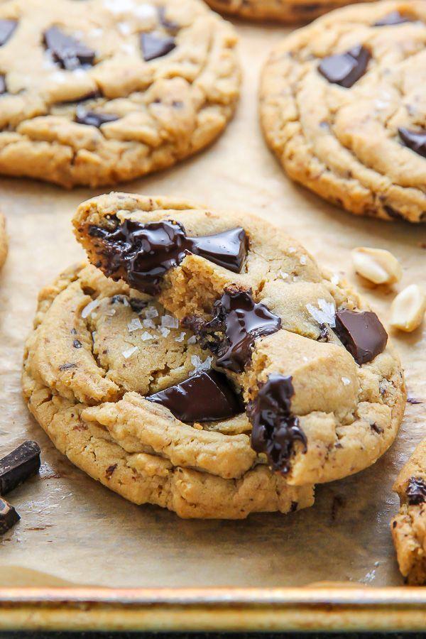 Ultra dicke weiche Batch-Erdnussbutter-Cookies mit Schokoladenstückchen geladen!  Perfekt mit einer Tasse Kaffee oder einem kalten Glas Milch.