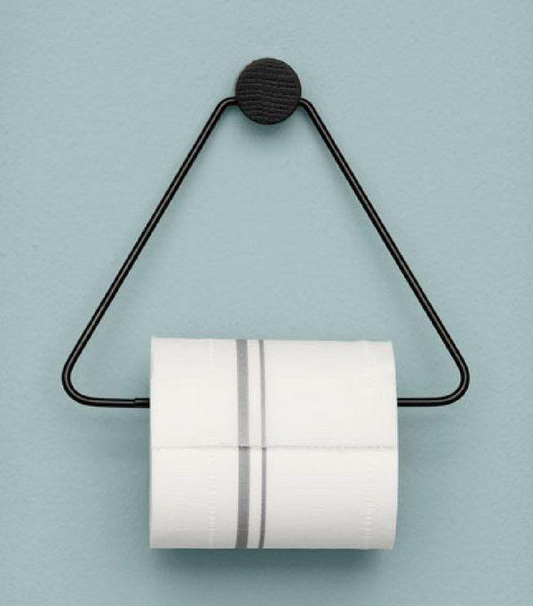 Dérouleur papier toilette en métal noir et chêne de Ferm Living  http://www.homelisty.com/rangement-rouleaux-papier-toilette/