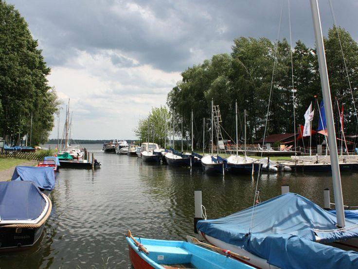 Tabara de limba germana & SPORTURI NAUTICE // Tabara internationala de vara de limba germana si sporturi nautice pentru copii si tineri cu varsta intre 12 si 17 ani se desfasoara in localitatea rurala Blossin, situata la 30 km SE de Berlin, la un centru de sporturi acvatice de pe lacul Wolzig. Centrul ofera posibilitatea de a practica caiac, canoe, yachting, surfing si inot. Capacitatea taberei este de 80 locuri…