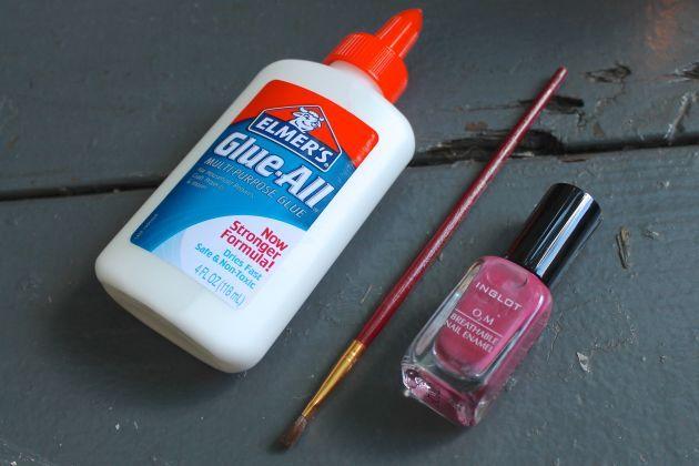 """Fazer as unhas em casa sempre é uma luta. Ou você borra na hora de pintar ou borra na hora de retirar os cantinhos a """"mais"""" com a acetona. Chega de sofrer! Com este truque,"""