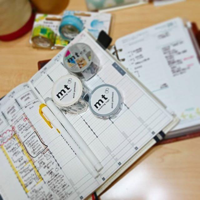 朝の手帳タイム📔 心機一転するためジブン手帳の囲み枠の色を変更してみました💡 うーーーん、どうかなあ(-_-) フランクリンプランナーは出社してからではなく、家を出る前にある程度のToDoリストと1日の計画、そして退社目標時間(⬅これ重要)を書いてます。 最後にお気にのマステを貼って、仕事中に見て癒されてます🍀 さて今日も1日がんばります! #手帳#ジブン手帳#ジブン手帳Biz#ジブン手帳同好会#フランクリンプランナー#フランクリン手帳#手帳タイム#手帳グッズ#朝活