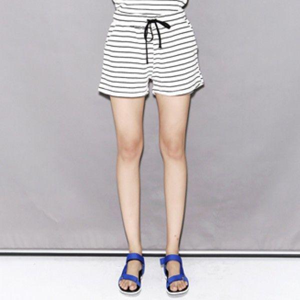 Today's Hot Pick :細ボーダースウェットショートパンツ【BLUEPOPS】 http://fashionstylep.com/P0000YFT/ju021026/out リラックスしたい時に最適のスウェットショートパンツです♪ ボーダーのアクセントが可愛く、リラックスマインドで履きこなせる逸品。 ざっくりとオーバーサイズのTシャツに合わせたり、スウェットトップスに合わせたりと着回し力もバツグンです。 海にリゾートにタウンユースにと毎日使いに重宝するマストアイテム。 身長によって着丈感が異なりますので下記の詳細サイズを参考にしてください。 ◆2色:ブラック/ブルー
