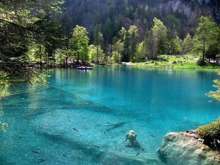 Lac Blausee, un lac d'un bleu et d'une transparence incroyables en Suisse, tout droit sorti d'un conte de féés !