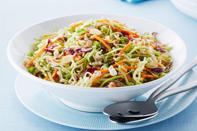 Les nouilles ramen et les amandes grillées donnent du croquant et de la saveur à cette salade, qui plaira à tous.