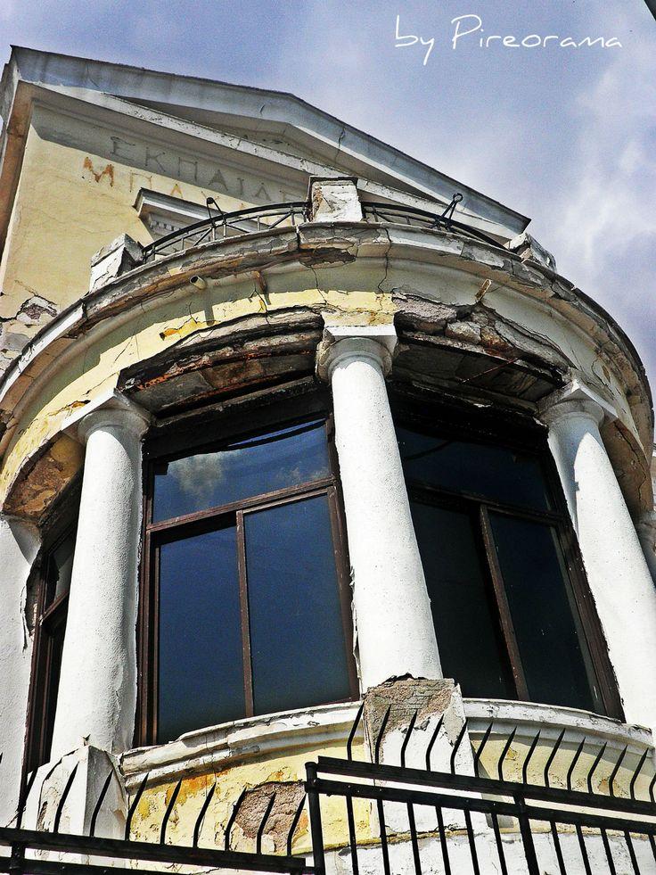 Ότι έχει απομείνει από το νεοκλασικό κτήριο που στέγαζε τα Εκπαιδευτήρια Μπαχλιτζανάκι.