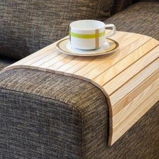 Maak een dienblad van je bankleuning met de Lip Lap Sofa Tray   roomed.nl