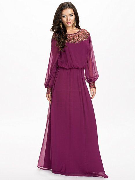 NLY Eve Embellished Off Shoulder Maxi dresses - Burgundy fra Nelly. Om denne nettbutikken: http://nettbutikknytt.no/nelly-com/