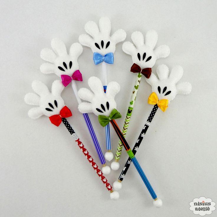 Ponteira de lápis ou caneta decorada com as mãozinhas da turma do mickey feitos em feltro bordado à mão.