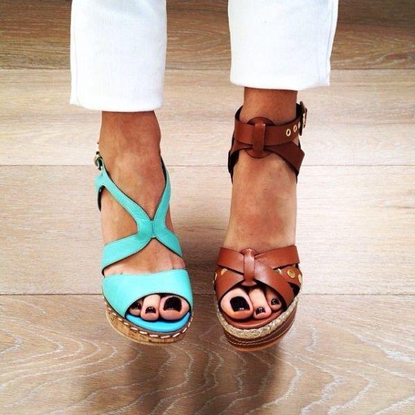 Dolgu topuk sandalet modası bu yaz farklı tasarımlardan oluşuyor. Kadınların bir numaralı tercihi dolgu topuk sandaletler, bu yaz çok moda olacak.