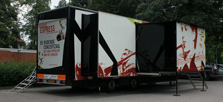 Binnenkort komt de rijdende concertzaal Classic Express naar @StadMortsel met toptalent @TomDeBeuckelaer! @pcconcours