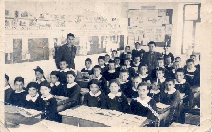 siyah önlük giyerdik, gür sesle olurduk istiklal marşı'mızı, öğretmenlerimiz vardı...