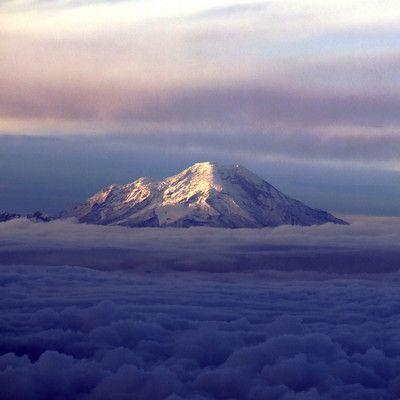 Какая точка на поверхности Земли наиболее отдалена от ее центра?  Чимборасо, Эквадор, 6268 м. выс. н.у.м.! Географически Чимборасо расположен близко к экватору. Поскольку Земля не идеально круглая, выяснилось, что вершина Чимборасо является самой отдаленной точкой от центра Земли. Вершина вулкана Чимборасо находится на 2616 метров дальше от центра Земли, чем Эверест.