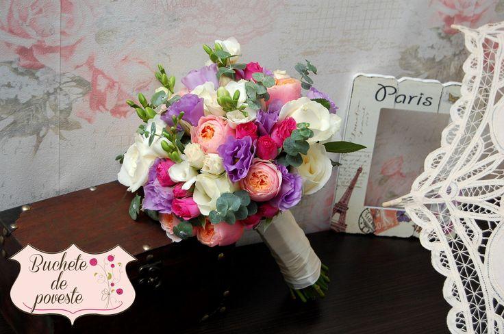 Buchet mireasa sau nasa realizat din trandafiri de gradina, frezii, eucalipt, miniroze, lisianthus