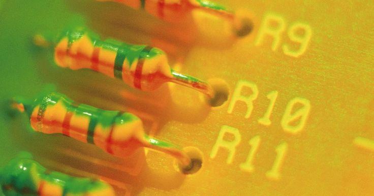 Cómo leer un diodo. Un diodo es una pieza de equipo eléctrico que asegura que fluye una corriente eléctrica en una sola dirección. El diodo permite que la corriente pase en su dirección y avance, pero bloquea cualquier corriente que fluye en la dirección opuesta, a menudo referida como la dirección inversa. También se pueden utilizar para ajustar electrónicamente los ...