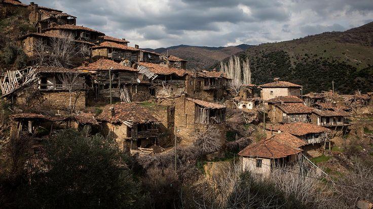 Lübbey, 30 yıl önce göçle boşalan bir Ege köyü. Devamlı kalanların sayısı 10'u geçmiyor. Kaderine terk edilmiş evler, onları terk etmemekte direnen son sakinleriyle ayakta kalmaya çalışıyor.