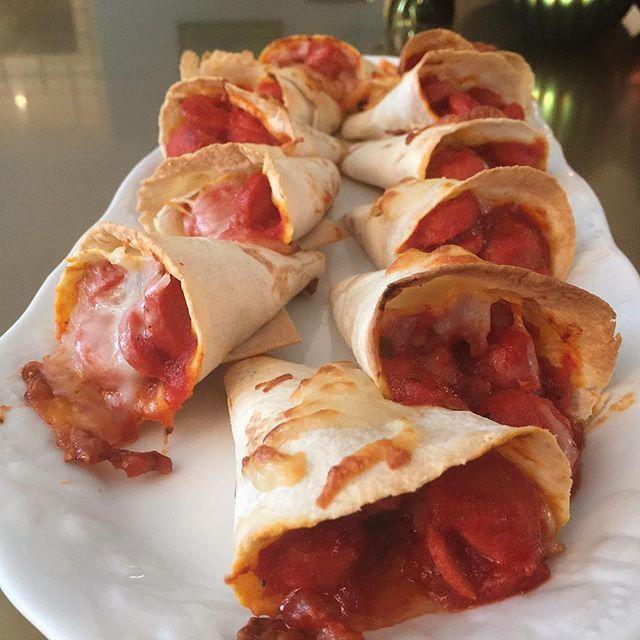 WEBSTA @ nurlu - Günaydınnn✨✨✨Yılın son haftası başlıyor.🎄Last Monday😊Hepimiz için huzur ,güzellik dolu bir hafta olsun..😍Bugün çocuklarınıza bir süpriz yapın ve bu lezzetli sosis külahlarını hazırlayın.✨✨Sosisli Küllahlar✨✨1 kase doğranmış sosis1 yemek k.tereyağ1 yemek k.domates salçası 1 domates rendesi1 ince doğranmış yeşil biber2 kesme şeker,tuz ,biraz karabiber 12 tane ufak lavaş1 kase rendelenmiş kaşar ✨Tereyağını tencerenize koyup eritin.İçine önce sosisleri koyup,kavurun.Sonrada…
