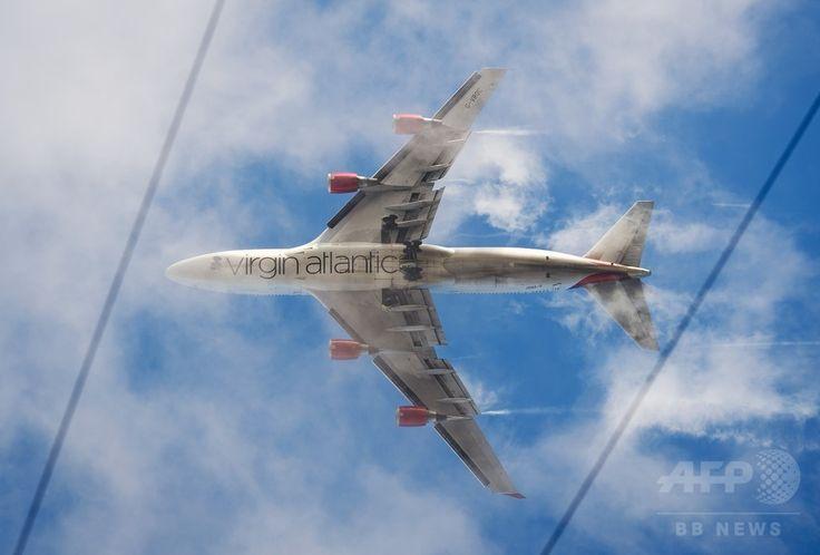 英ロンドン(London)西郊で、ヒースロー空港(London Heathrow Airport)への着陸体勢に入るヴァージンアトランティック航空(Virgin Atlantic Airways)機(2012年12月21日撮影、資料写真)。(c)AFP/LEON NEAL ▼11Aug2014AFP|ヴァージン旅客機、男が騒ぎ香港に引き返す http://www.afpbb.com/articles/-/3022827