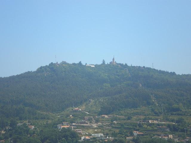 http://acomeredormir.blogspot.pt/2013/04/guimaraes-aqui-nasceu-portugal.html
