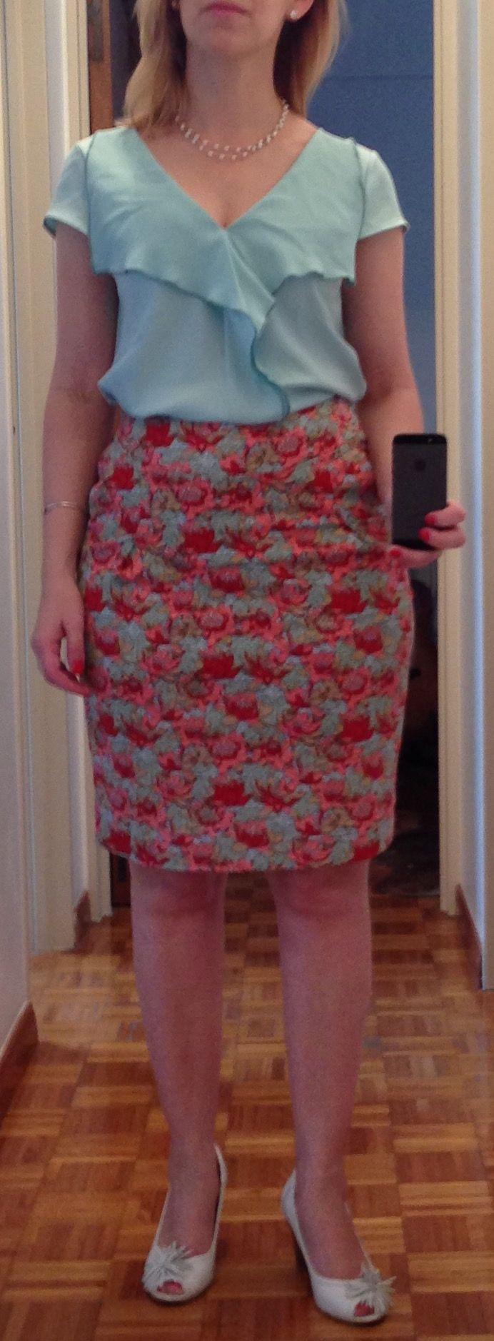 Outfit de verano para La Oficina. Falsa tubo con flores, blusa cuello en V con el color que la une a la falda. Zapatos y accesorio de perlas. Cuerpo tipo pera.