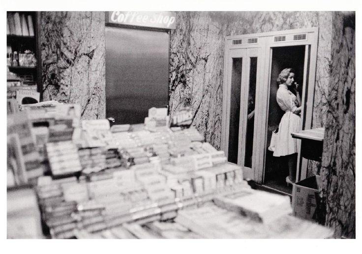 1961. Газетный киоск и телефонная будка. Нью-Йорк Гарри Виногранд