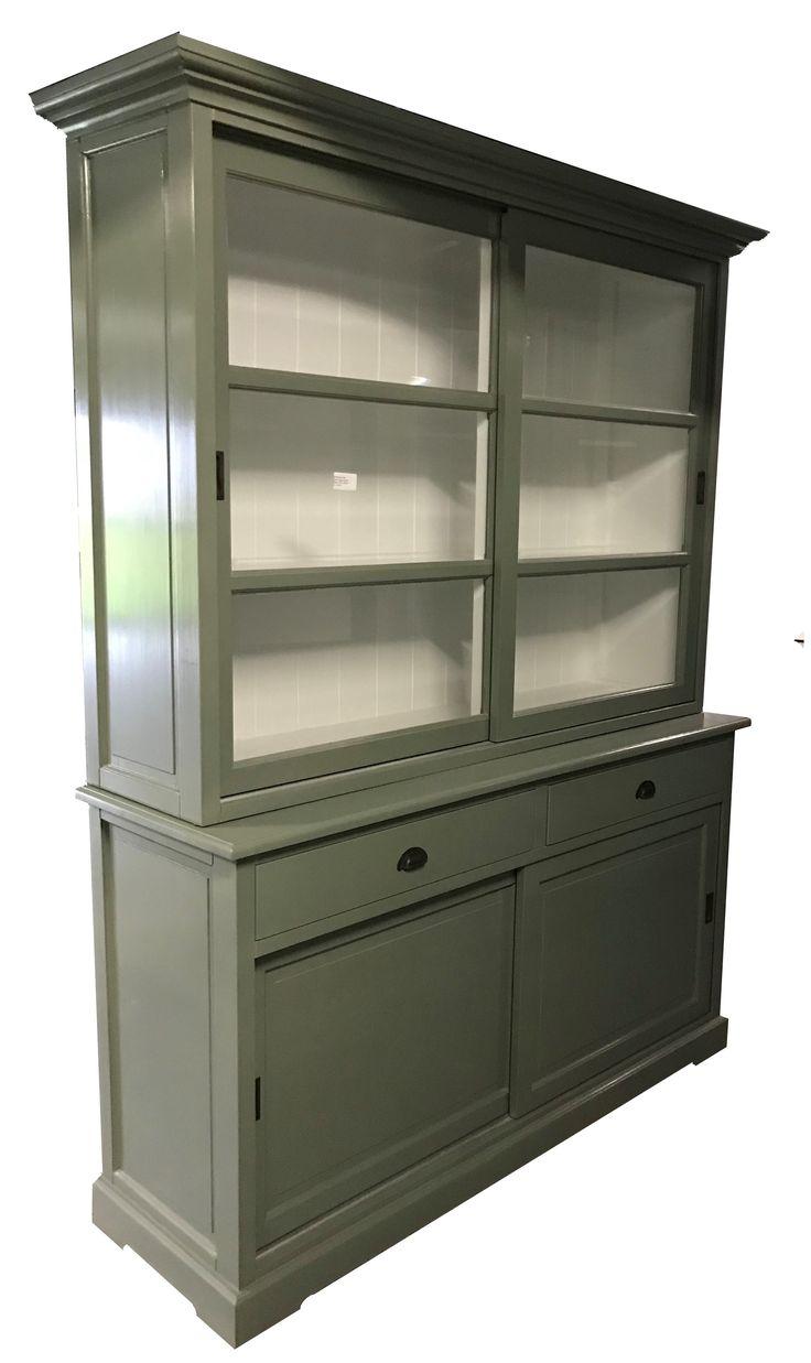Buffetkast Engels groen Zeewolde 160cm. Sfeervolle kast in oud groen met laden met komgrepen, facetglas en paneel achterwand.