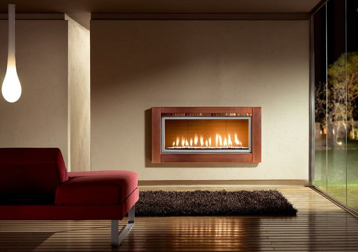 Camino mod. Village Rivestimento in maiolica fatta a mano Rame Decorato impreziosito dal particolare in cristallina tono su tono su pannello superiore. Disponibile con interno a legna o gas anche in versione bifacciale. Dimensioni: L 143 H 72 #homycalor #camini #caminetti #fireplaces #gasfireplaces