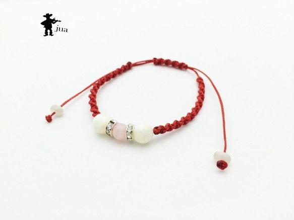ピンクオパール、マザーオブパール、ムーンストーンさざれ石3種類の天然石を赤色のロウ引き紐で編み込んだブレスレットです。ピンクオパール…6ミリ&t...|ハンドメイド、手作り、手仕事品の通販・販売・購入ならCreema。