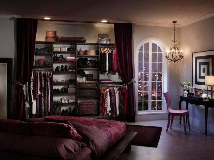 begehbarer kleiderschrank schlafzimmer fenster kleiderständer kleider jacken schuhe stuhl licht