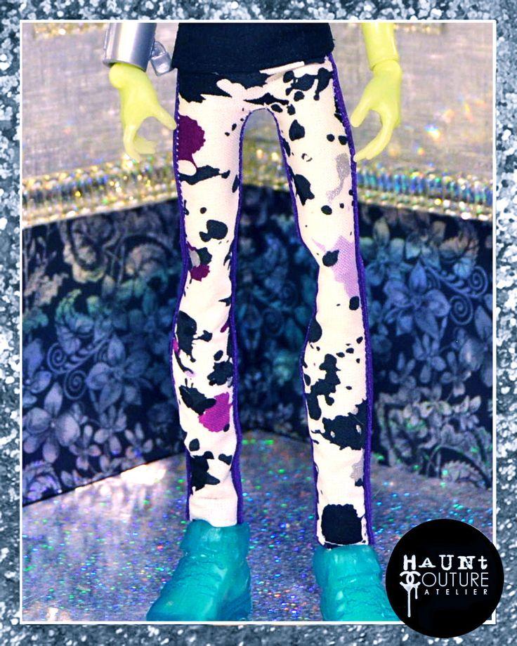 "Monster Doll spoken Couture: ""Paarse verf Splatter broek"" high fashion outfit door HauntCoutureAtelier op Etsy https://www.etsy.com/nl/listing/260531386/monster-doll-spoken-couture-paarse-verf"