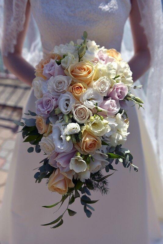www.lakecomoweddingsandevents.com beautiful  cascade bouquet