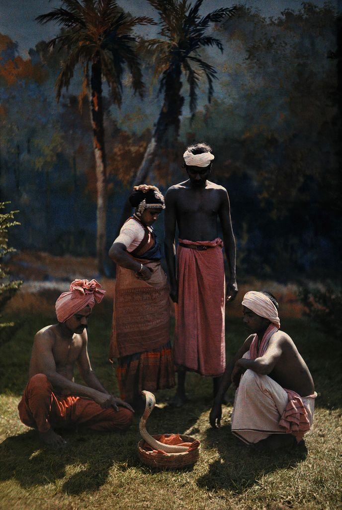 """Новая серия в нашем проекте """"20 век в цвете"""" , на очереди 1923 год. Он был не слишком богат крупными историческими событиями, да и не нашёл я цветных снимков, чтобы их проиллюстрировать, поэтому просто будет мозаика жизни того времени. Лишь иногда на снимках 1923 года проскальзывают…"""