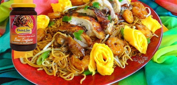 Surinaams eten – 5-Sterren Surinaamse Tjauw Min met grilled honey chicken, garnalen en taugé