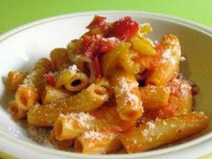 Rigatoni al sugo di peperoni e pancetta