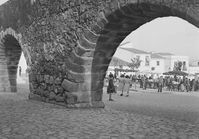 Data Fotografia 1949 - 1960  Legenda Mercado no largo do Chão das Covas
