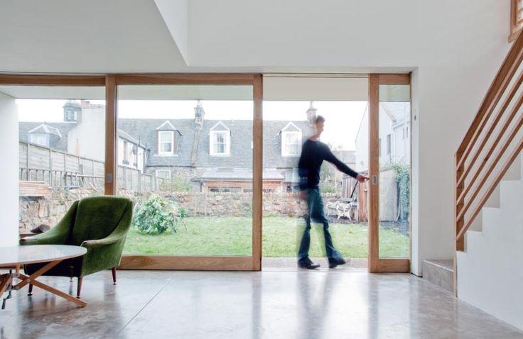 Bodentiefe Terrassenfenster auf Boden aus Sichtbeton