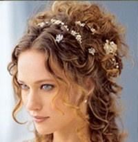 Schitterende toevoeging op uw bruidskapsel. Met kraaltjes en bloemetjes, op verschillende manieren te gebruiken. In totaal 6 haarstrengen die los van elkaar in het haar gedaan kan worden.