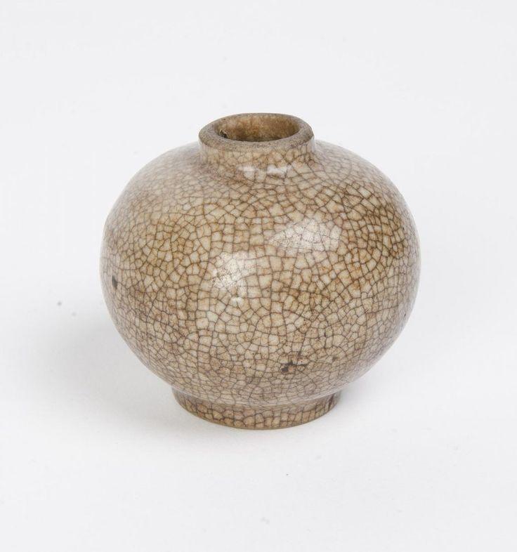 A Vietnamese ge-type jarlet, with a fine crackle grey-celadon glaze, circa 16th Century. 8cm high
