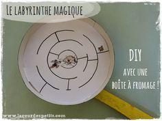 Le labyrinthe magique : bricolage avec une boîte à fromage |La cour des petits  http://www.lacourdespetits.com/labyrinthe-magique-bricolage-avec-boite-a-fromage/  #jeu #DIY #recyclage