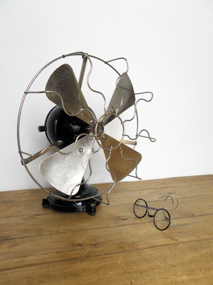 In Vendita / For Sale: Click Here Marca: Marelli Modello: Eolo Periodo: 1900-1920 Dimensioni: ∅ pale 29.5 cm Peso: 5,5 Kg Descrizione: Questo modello di ventilatore prende il nome da Eolo, il Dio d…