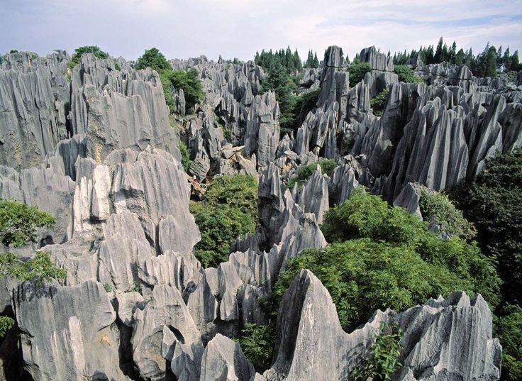El misterioso y enigmático Bosque de piedra de Shilin es una espectacular formación rocosa en forma ... - Corbis. Texto: Redacción Traveler